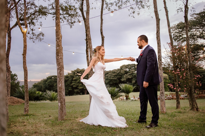 SIM informal sob a árvore e o céu azul de uma fazenda em Itupeva – Gabriela & Gustavo