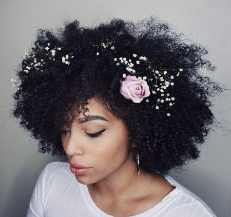 penteado-para-casamento-cabelo-curto-crespo-com-flores-naturais