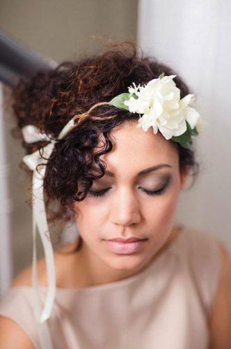 penteado-para-casamento-em-cabelo-curto-crespo-com-acessorio