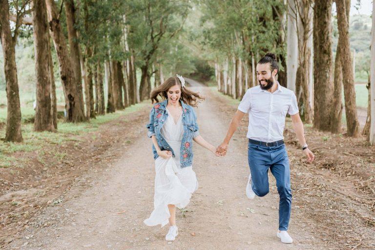 Casamento civil intimista sob árvores em manhã ensolarada na fazenda – Sarah & Rafael