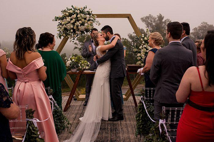 Destination wedding industrial e minimalista em pôr do sol na vinicola – Cintia & Marlon