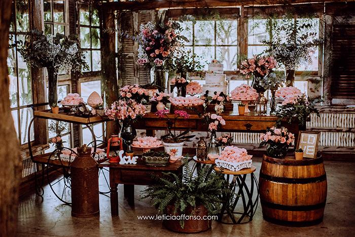 flor brasileira mesa de bolo e doces de casamento