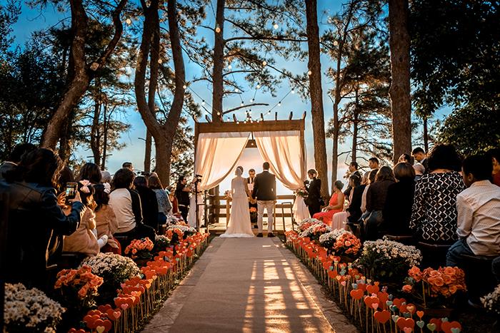 Casamento romântico e cercado de verde no pôr do sol de Mairiporã ...