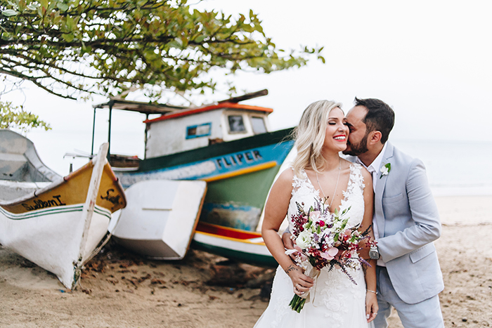 Destination Wedding pé na areia super descontraído em Ilhabela – Alê & Rafa