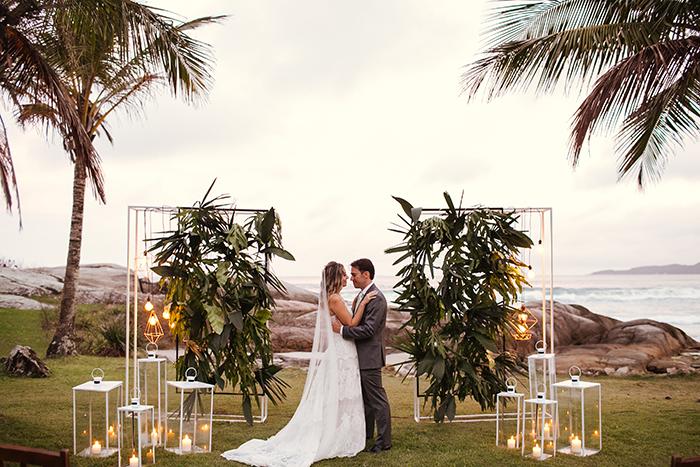 Destination wedding alegre e cheio de bossa brasileira na praia em Santa Catarina- Fernanda & Ramiro