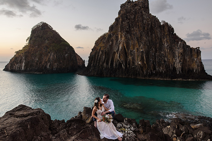 Elopement wedding pé na areia ao pôr do sol em Fernando de Noronha – Francieli & Thiago