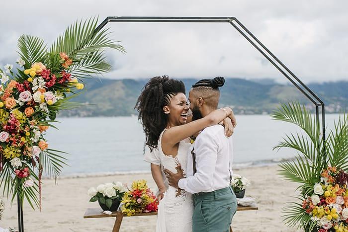 Casamento pé na areia tropical com a brisa e barulhinho do mar em São Sebastião – Mayara & Fabrício