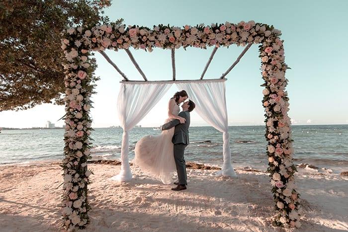 Destination wedding pé na areia em tarde iluminada com o azul do céu em Cancún – Milena & Bruno