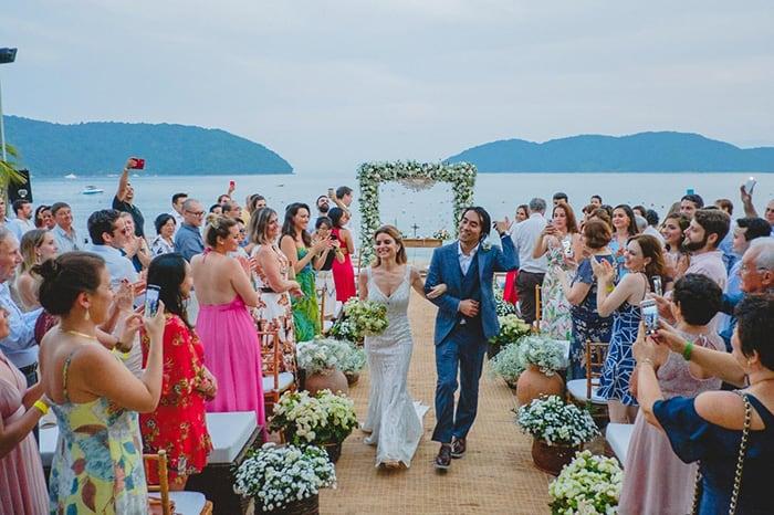 Casamento colorido e sem formalidades na praia de Caraguatatuba – Renata & Vinicius
