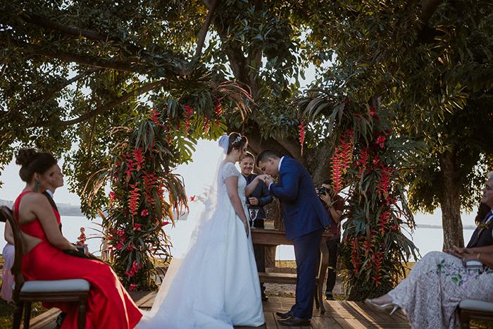 Fusão de estilos em casamento a beira do lago no pôr do sol de Brasília – Rebeca & Victor