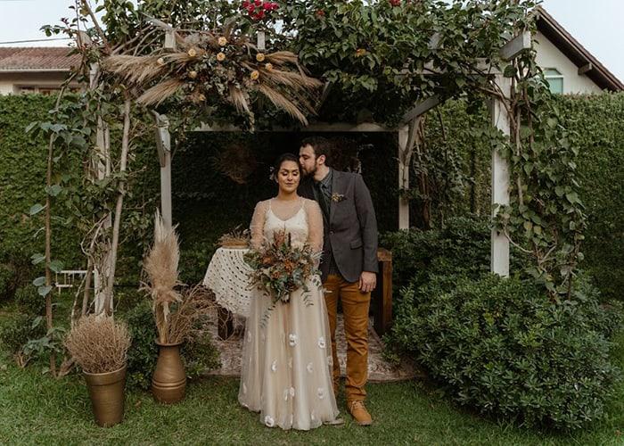 Mini wedding rústico e descontraído no jardim de uma casinha em Santa Catarina – Daniele & Emerson