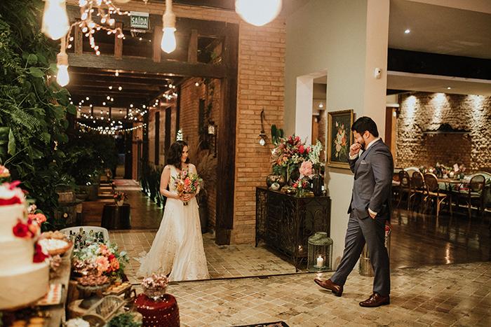 Vibe gostosa de barn wedding aconchegante e colorido no Celeiro Quintal – Natalia & Cainã