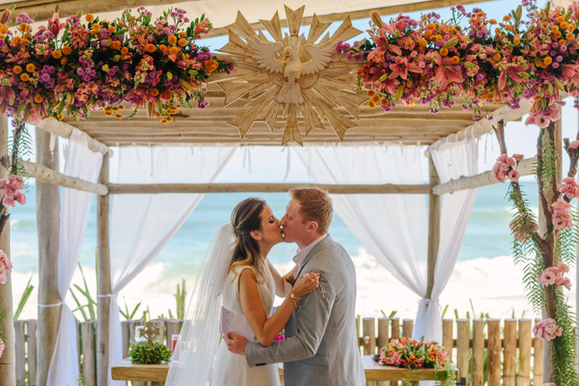Animado destination wedding com clima de Reveillon em São Sebastião – Vanessa & David