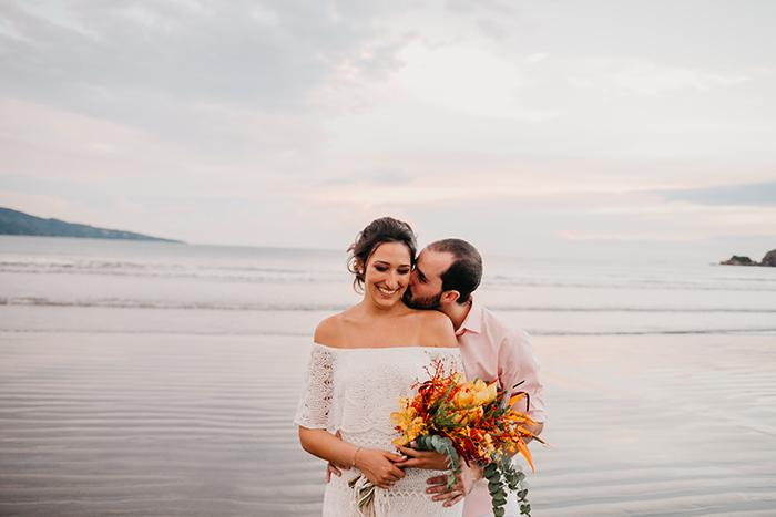 Casamento pé na areia no final da tarde com estilo tropical em São Sebastião – Renata & André