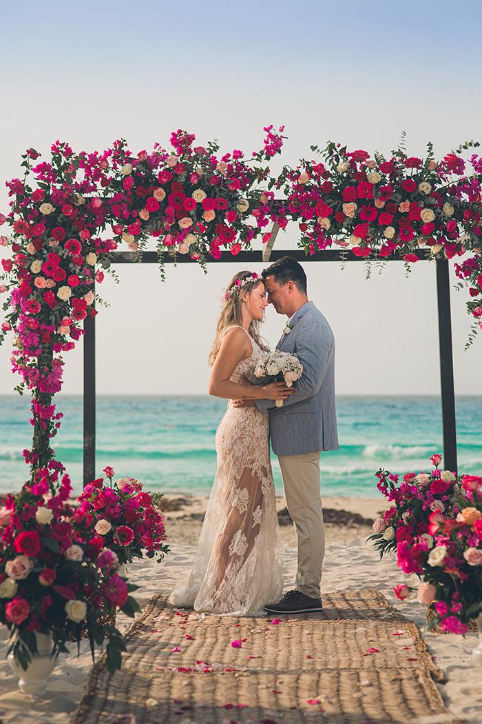 Destination wedding pé na areia ao nascer do sol em Cancún – Bruna & Jefferson
