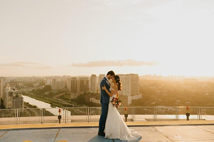 Descontração num casamento leve em rooftop com vista para São Paulo – Samila & Gabriel