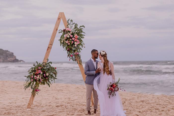 Romântico elopement wedding pé na areia em tarde mágica na Praia do Rosa – Suelyn & Luiz Fernando