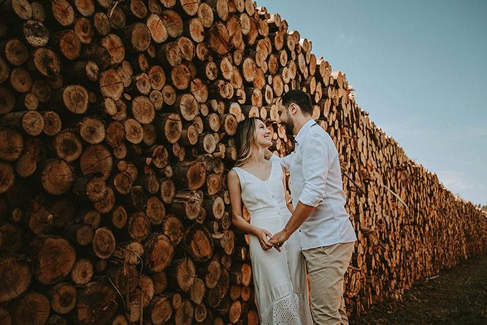 Pôr do sol e cachoeira num ensaio pé wedding descontraído no interior de São Paulo – Gabriela & Daniel