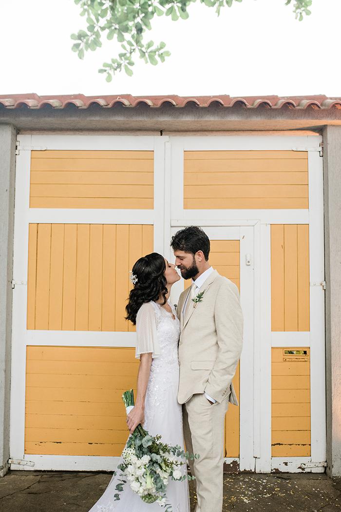 Uma chuva de bençãos numa cerimônia romântica e descontraída em Macaé – Graziele & Heron