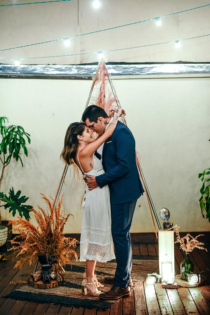 Bodas de papel numa renovação de votos descontraída e aconchegante em casa – Ana Beatriz & Mateus