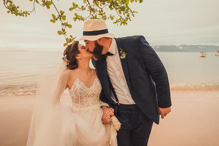 Casamento pé na areia inspirado no jardim de Monet e abençoado pela chuva em Ilhabela – Anna Julia & Thomas