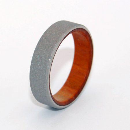 aliança de casamento de madeira e titânio