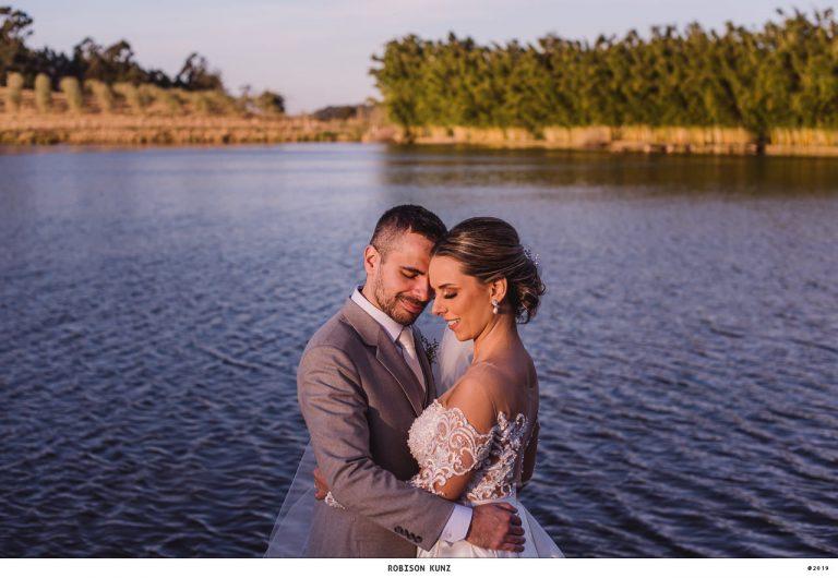Delicado casamento ao pôr do sol na beira do lago em Porto Alegre – Alaya & César