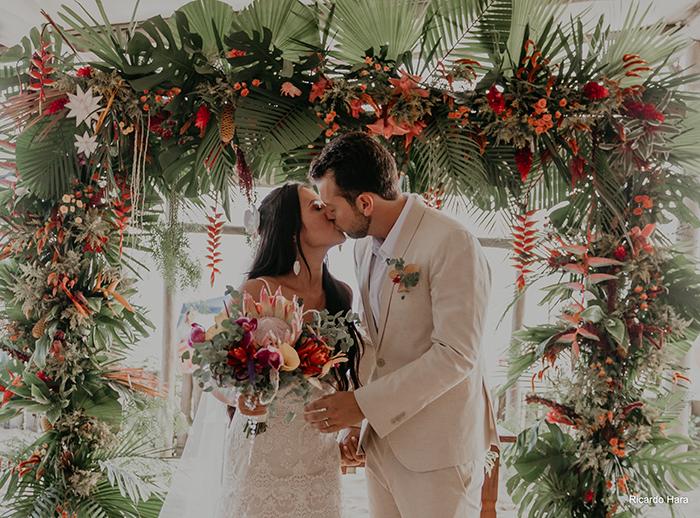 Casamento pé na areia numa doce tarde ensolarada em São Sebastião – Priscila & Miguel