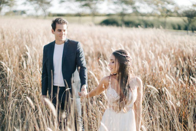 Ensaio pré wedding durante uma tarde leve e romântica no campo – Bianca & Matheus