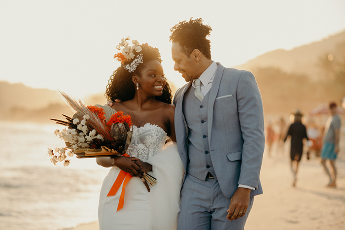 Elopement wedding pé na areia com raizes afro-brasileiras em São Sebastião – Gisele & Thyago