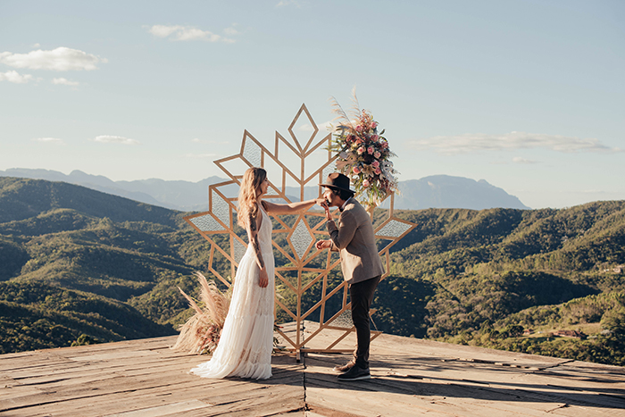 Renovação de votos boho folk apaixonante em Ouro Preto – Larissa & Ícaro