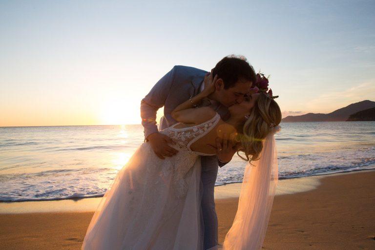 Casamento pé na areia com a essência dos noivos em São Sebastião – Estele & João Paulo