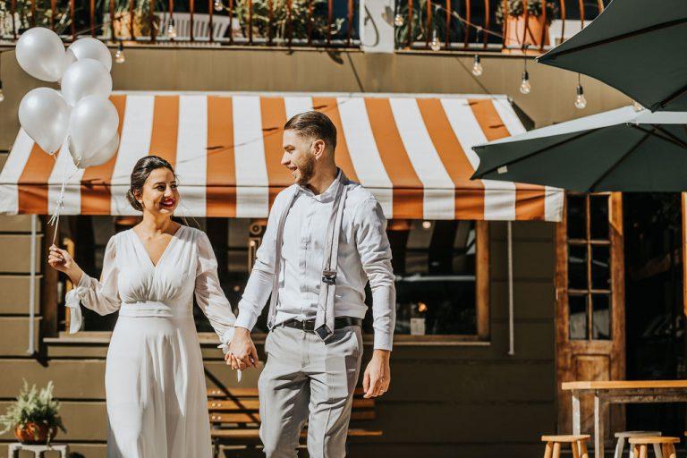 Micro wedding minimalista e industrial de manhã numa cafeteria em Porto Alegre – Maria & Márcio