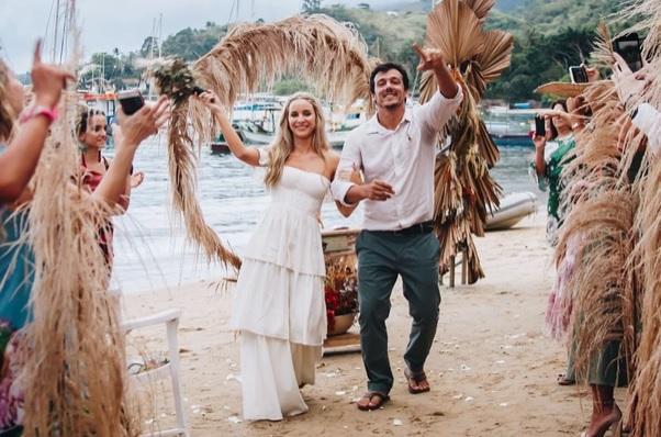 Casamento intimista com clima de campo e pé na areia em Ilhabela – Luiza & Ado