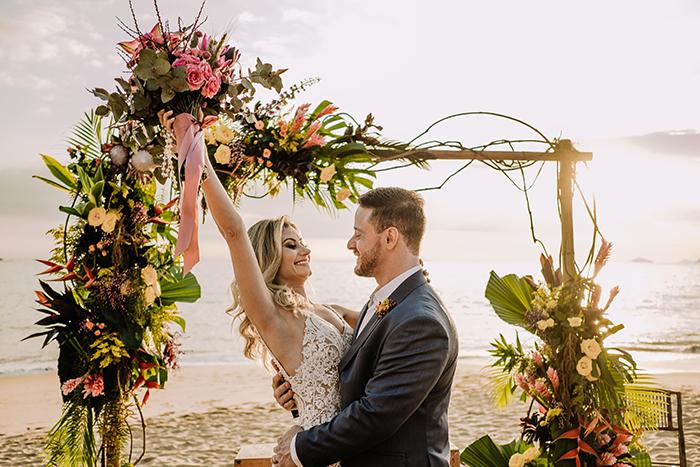 Mini wedding pé na areia tropical no final da tarde em São Sebastião – Nathalia & Murilo