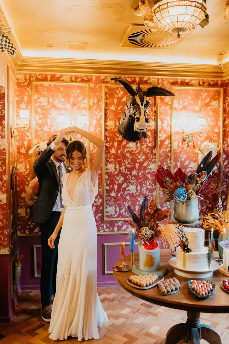 {Editorial Concept} Arranjos florais vibrantes e contemporâneos para casamentos fora do lugar comum