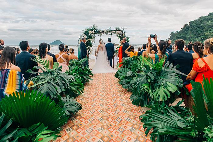 Casamento pé na areia tropical e alegre em São Sebastião – Candida & Eduardo