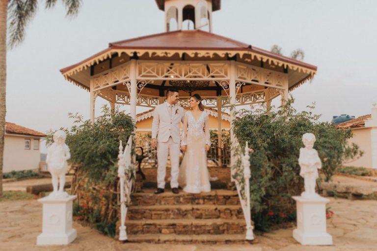 Elopment wedding ao ar livre numa tarde iluminada em Ouro Preto – Mylla & Wesley