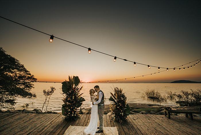 Mini Wedding aconchegante com pôr do sol laranja indescritível em Porto Alegre – Shaiene & Tiago