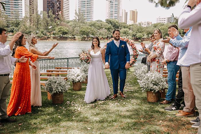 Cerimônia intimista ao ar livre em frente ao lago para dizer SIM em Londrina – Natali & José Guilherme