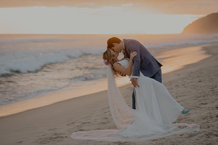 Casamento na praia estilo tropical num final de tarde lindo no Luai Cabanas – Thays & Junior