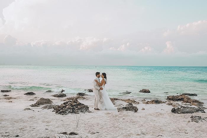 Destination Wedding descontraído com vista para farol em tarde iluminada em Cancún – Raissa & Davi