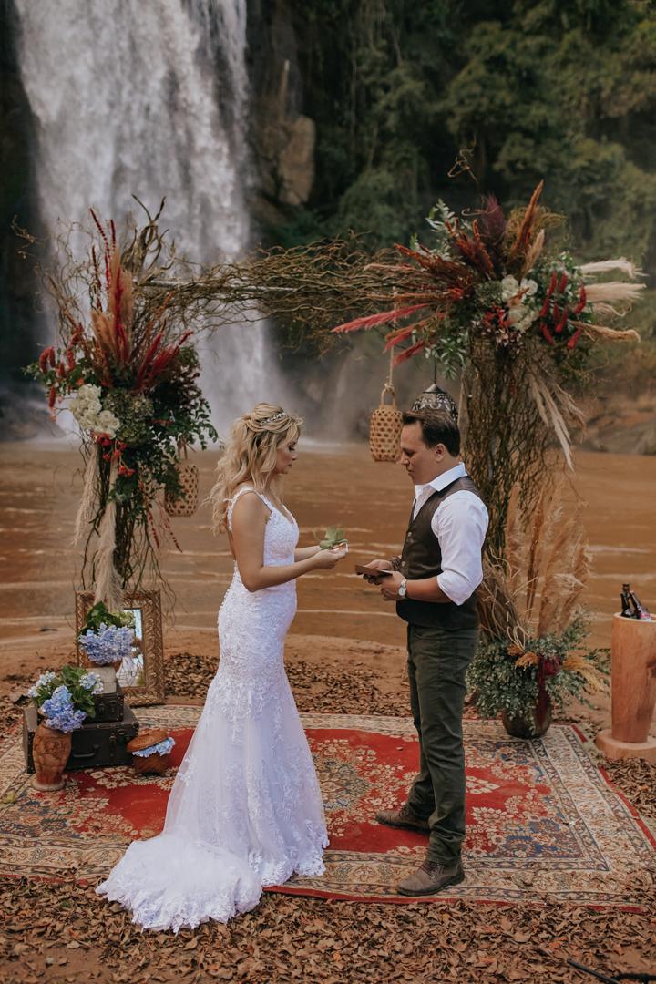Micro wedding boho na cachoeira numa tarde cheia de amor e alegria em São Paulo – Andrezza & Renato