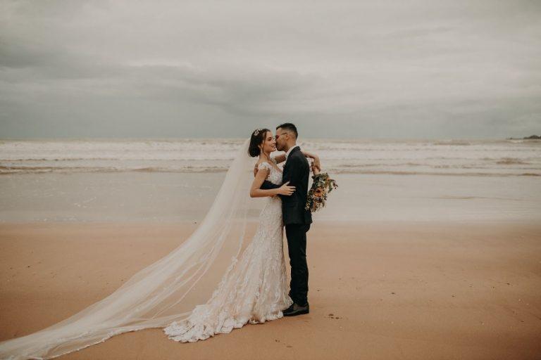 Casamento na praia romântico numa tarde cheia de amor no litoral de São Paulo – Ludmila & Paulo