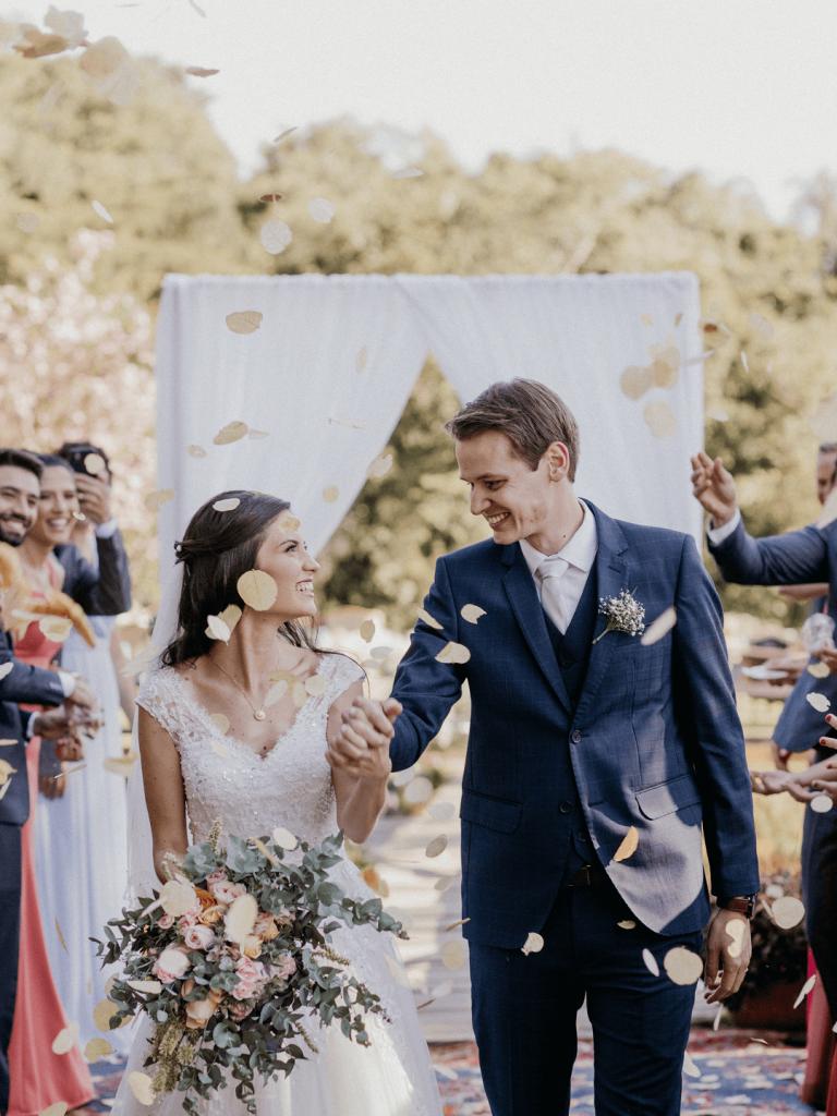 Casamento intimista com cerimônia ao ar livre no lago numa tarde adorável e iluminada no Paraná – Gisely & Rogerio
