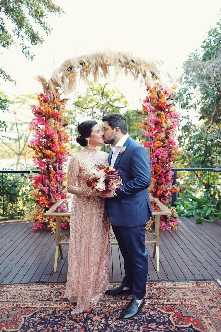 Elopement wedding boho no lago com pôr do sol deslumbrante em Brasília – Miryane & Bruno