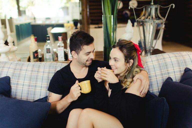 {Editorial Boudoir Casal} Pré wedding em casa em clima aconchegante e leve em São Paulo