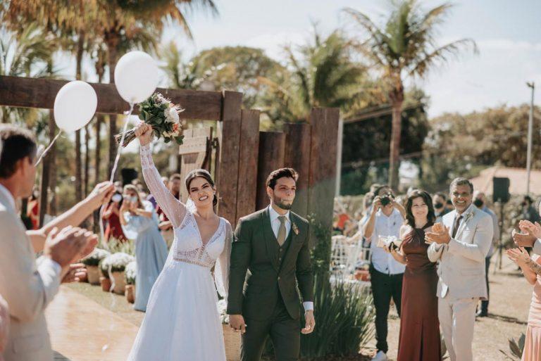 Casamento boho chic com cerimônia ao ar livre em manhã ensolarada em São Paulo – Joyce & Bruno