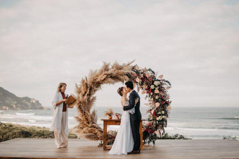 Elopement wedding romântico em tarde ensolarada e encantadora na praia em Santa Catarina – Djenifher & Dhiogo
