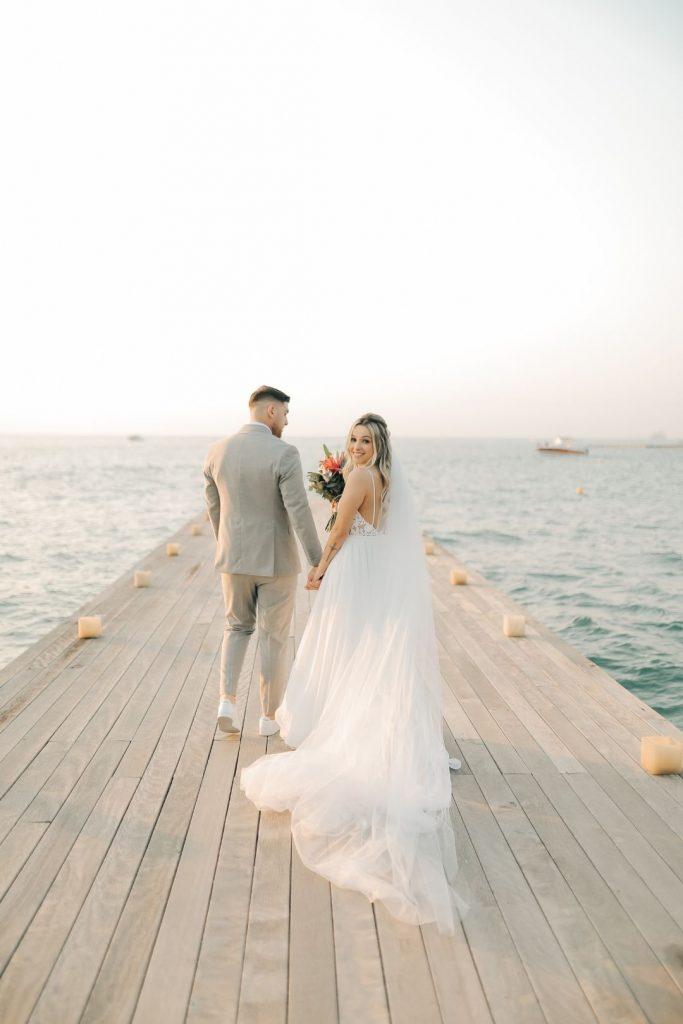 Casamento na praia com vibe tropical em tarde iluminada em Ilhabela – Junia & Tullio